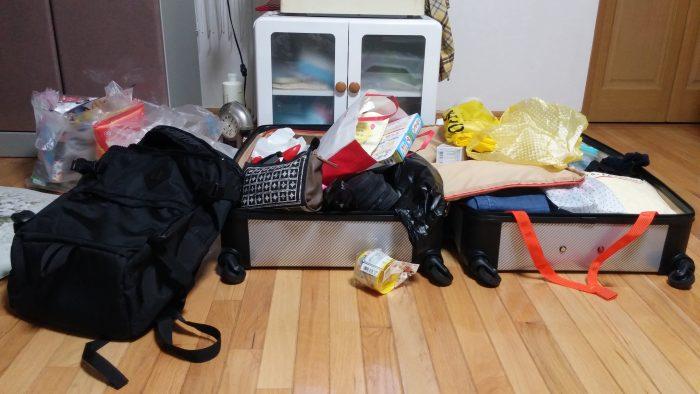 溢れかえるスーツケースの荷物