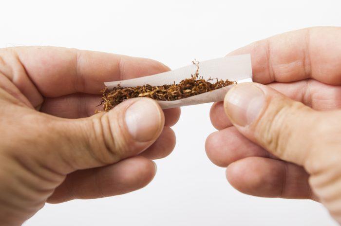 タバコを巻いている手